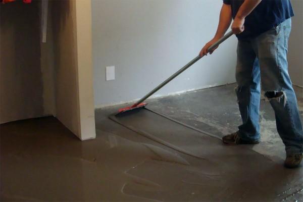 Для начала бетонную поверхность тщательно подготавливают – полностью убирают пыль и грязь, при необходимости – выравнивают