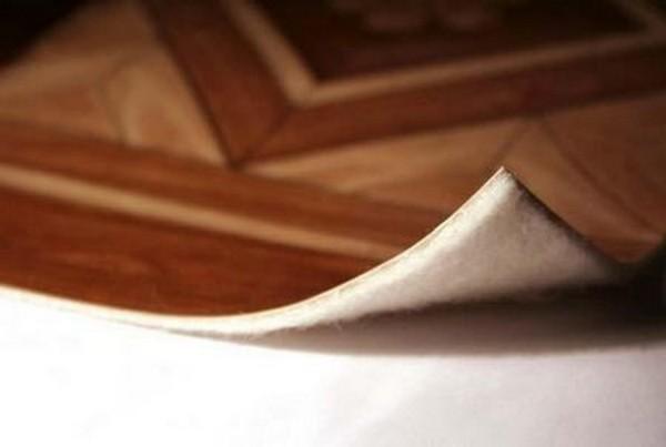Натуральный утепленный линолеум не очень «любит» повышенную влажность, так что его не стоит использовать на кухне, в ванной комнате