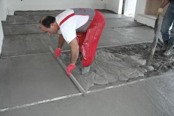 Если на бетонном основании есть явные дефекты, неровности, их нужно предварительно устранить, например, с помощью самовыравнивающейся смеси