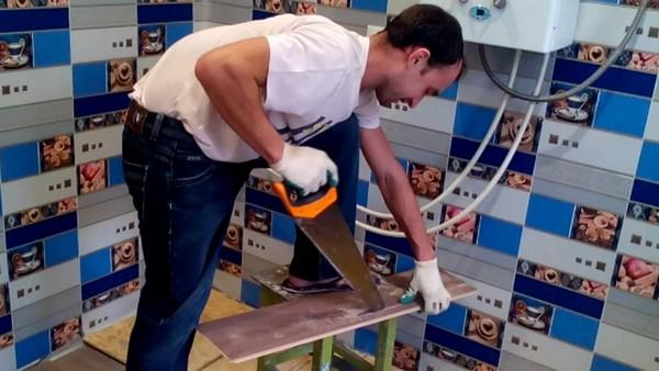 Если нужно отрезать лишь несколько ламелей, с такой задачей легко справится ножовка
