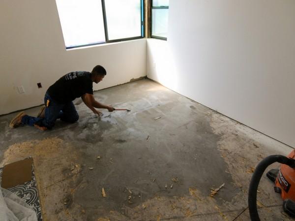 До укладки плитки нужно подготовить пол: снять старое покрытие, убрать мусор, при необходимости выровнять поверхность