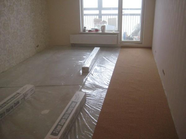 Второй шаг – нужно раскатать рулон по комнате, выровнять подложку