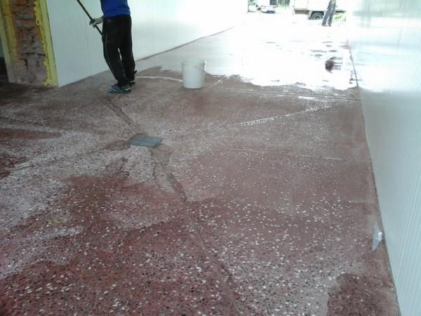 Когда процесс затирки будет окончен, бетон пропитывают специальными составами