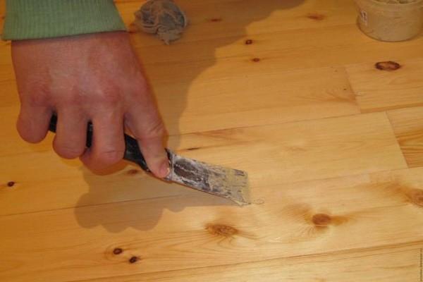 Небольшие щели устраняют с помощью порошка из графита или смеси, сделанной из опилок и клея