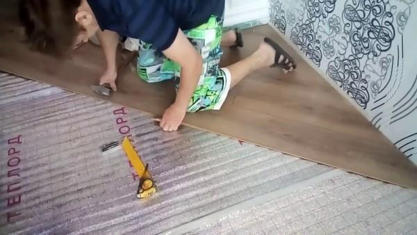 Укладкой ламината нужно заниматься в помещении, где температура – не менее 13 градусов (оптимально – 20)