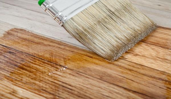 Для квартир лучше использовать лаки на водной основе или акриловые, алкидно-уретановые
