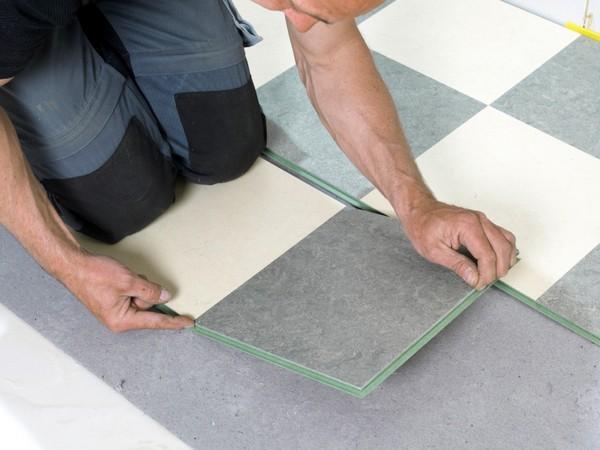 Проще укладывать мармолеум в виде плиток