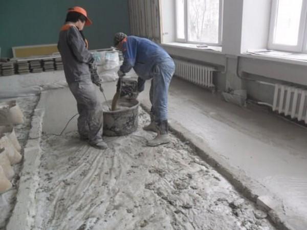 Принцип работы очень прост: клей заливают во все ямки и впадины, а затем ровно распределяют по полу шпателем