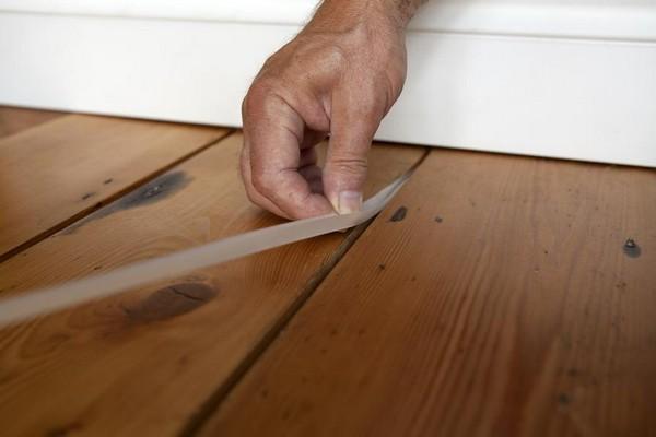 Щели в полу можно использовать монтажную пену