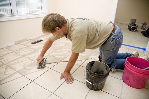 Затирать швы лучше спустя примерно двое суток после укладки плитки