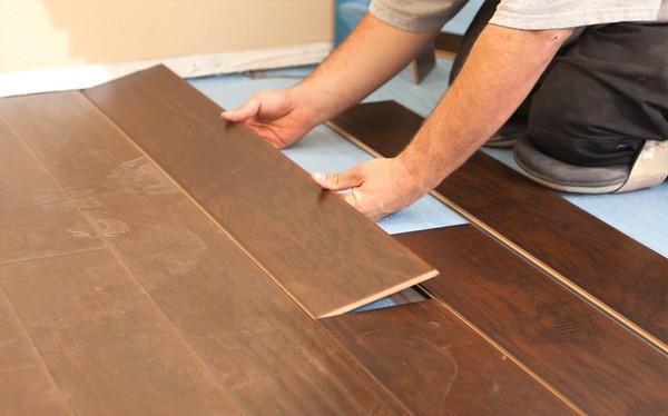 Укладывать ламинат по диагонали довольно сложно – проще производить кладку вдоль стен