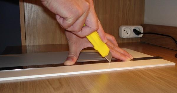 Проще всего резать виниловый ламинат – это можно сделать с помощью обычного канцелярского ножа и линейки