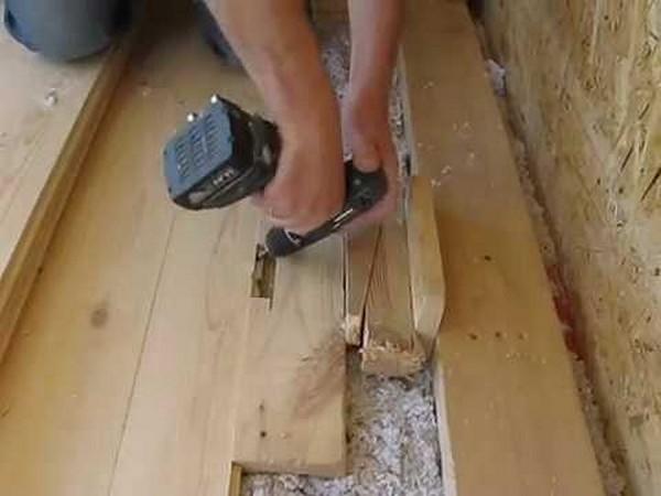 Шаг 3: между крайней доской и стеной вбивают клин