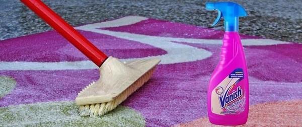 Средство для удаления сильных пятен нужно оставить на ковре на несколько часов