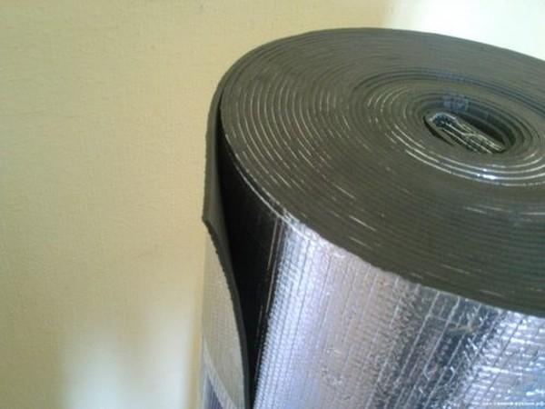 Фольгированная подложка не боится влаги, хорошо теплоизолирует помещение и может служить довольно долго при правильном использовании
