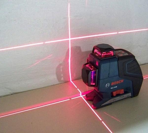 При помощи лазерного уровня по периметру комнаты устанавливается уровень 0