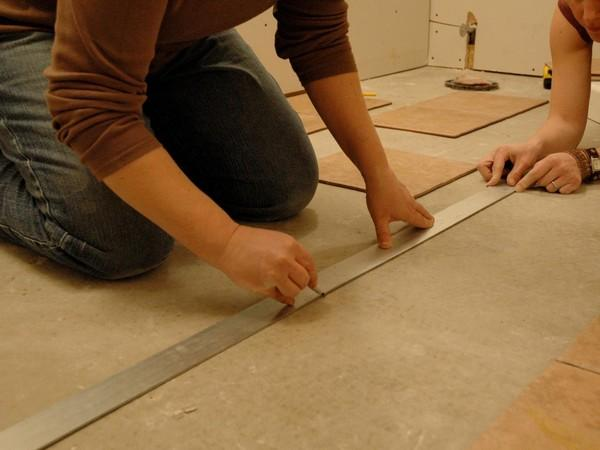 Сначала нужно разметить пол, чтобы положить плитку максимально ровно