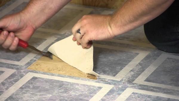 Сначала удаляют старое напольное покрытие, затем укладывают подложку под линолеум