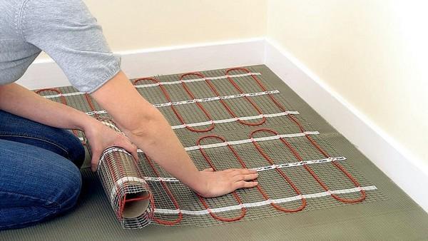 Электрический теплый пол монтировать значительно легче
