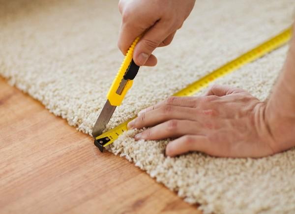 Нарезать ковровую плитку очень просто – для этого используют лишь линейку и канцелярский острый нож