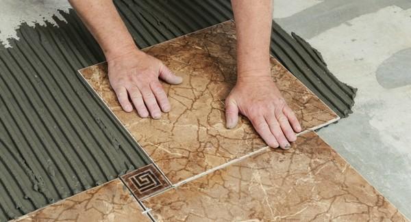 Поверхности разделяют на два вида, и у кладки плитки на каждый из вариантов есть свои особенности