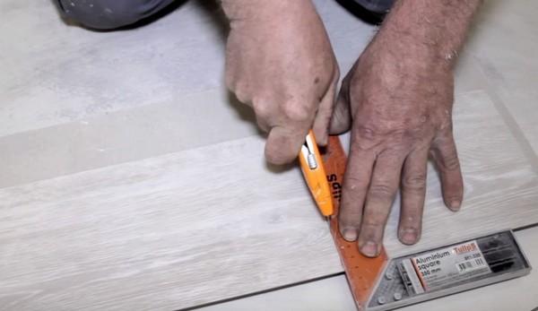 Кварцвиниловую плитку при необходимости можно разрезать обычным канцелярским ножом