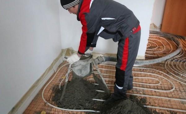 Когда смесь будет готова, ее транспортируют в помещение, где будет производиться стяжка