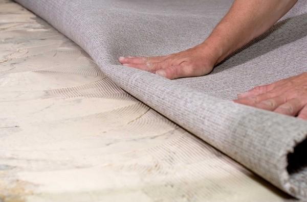 Клей наносят непосредственно на ковровую плитку