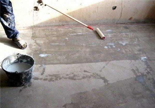 Нужно тщательно подготовить поверхность перед использованием плиточного клея для выравнивания пола
