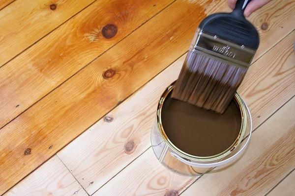 При выборе краски нужно учитывать, на какое покрытие она будет наноситься – например, для соснового и букового полов подойдут разные материалы