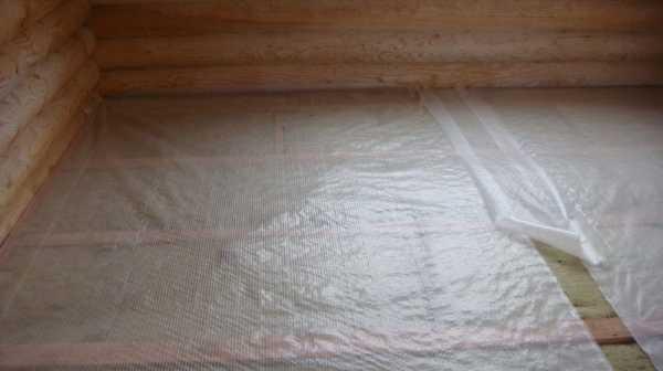 Перед укладкой подложки нужно постелить на черновой пол пленку из полиэтилена