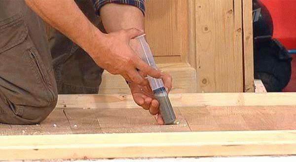 Если доски просели, можно устранить такую проблему с помощью цементного раствора, который вводится в отверстие в доске с помощью шприца
