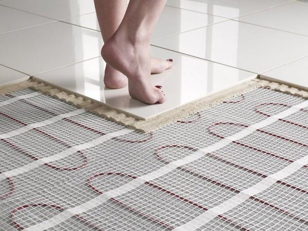 Под плитку можно предварительно установить «теплый пол»