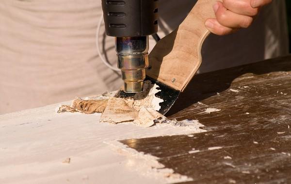 Нужно подготовить пол к нанесению краски – освободить его от мусора, старого покрытия, заделать щели и трещины