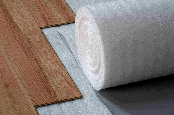 Лучше полностью избавиться от старого покрытия перед укладкой подложки и самого ламината