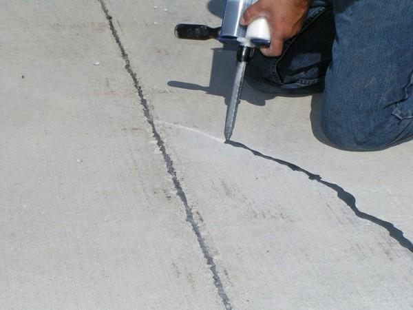 Чтобы заделать небольшие щели – до 3 мм – обычно применяется эпоксидный клей