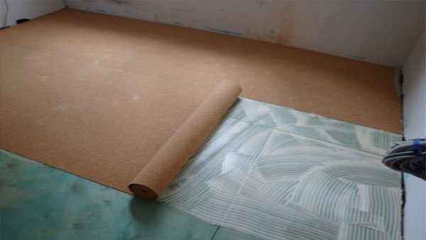 Пробковая подложка размещается непосредственно на пленку. Рулоны или листы укладываются встык