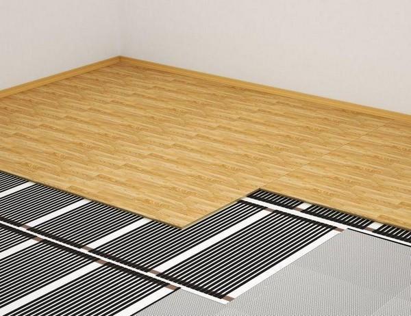 Если в помещении установлена система «теплый пол», нужно отключить его за несколько дней до начала монтажа гибкого ламината и включить лишь через 5 дней после