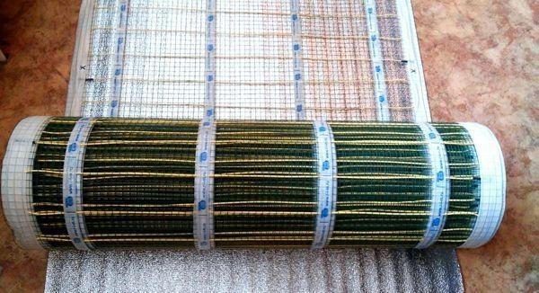 Линолеум в случае с инфракрасным теплым полом укладывают на слой фанеры или ДВП
