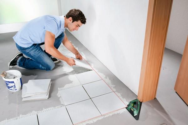 Можно выравнивать пол непосредственно во время укладки керамической плитки, но тогда расход клея будет больше обычного