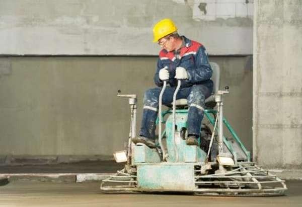 Нужно соблюдать технику безопасности при затирке бетона