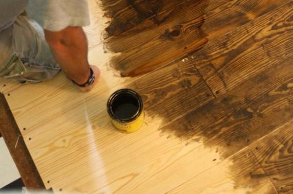 Красить деревянный пол очень важно, чтобы сохранить его от воздействия влаги, образования плесени и грибка
