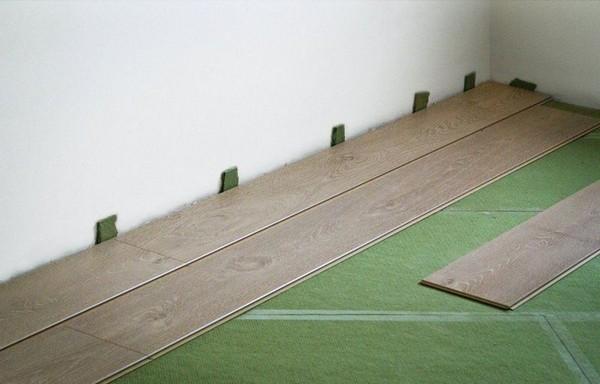 Подложки под ламинат позволяют уменьшить звуки от ходьбы по полу, падения на него каких-либо предметов