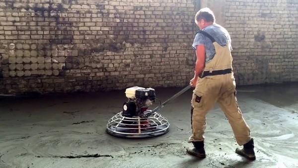 С помощью затирки бетона можно повысить прочность пола, устранить пустоты