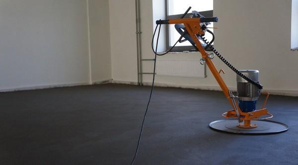 Механизированная стяжка пола позволяет обрабатывать за сутки около 250 квадратных метров