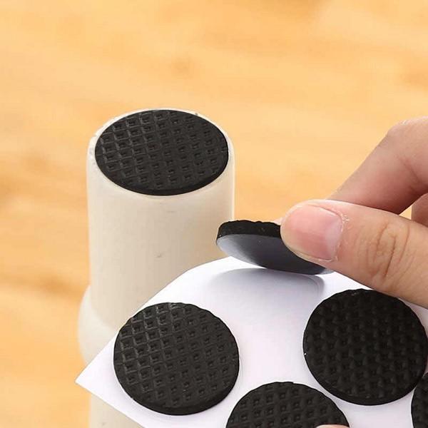 Лучше использовать специальные насадки на ножки мебели, чтобы ковер не повредился