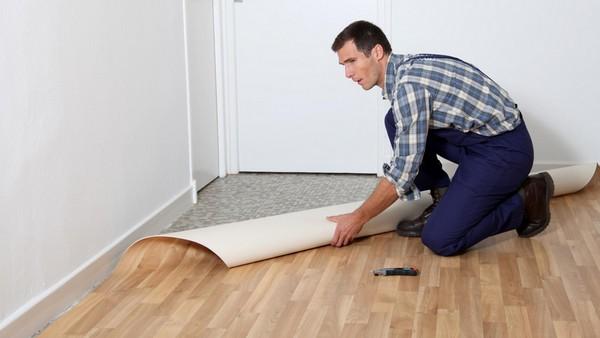 Линолеум можно укладывать как на бетонную, так и на деревянную основу, если она ровная и не имеет сильно выраженных дефектов
