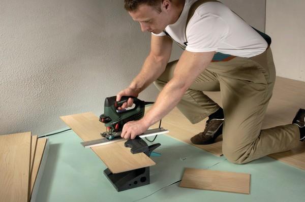 Ламинат довольно просто укладывать и при необходимости нарезать, вооружившись специальными инструментами