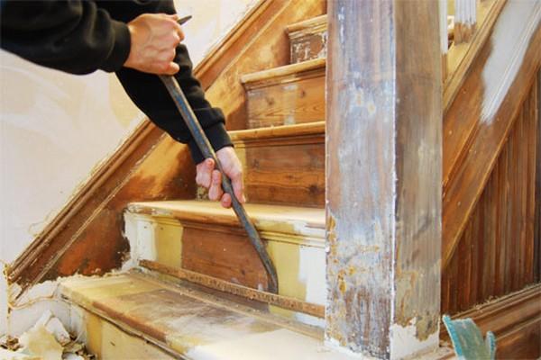 Стоит перед облицовкой лестницы ламинатом сначала убрать старое покрытие