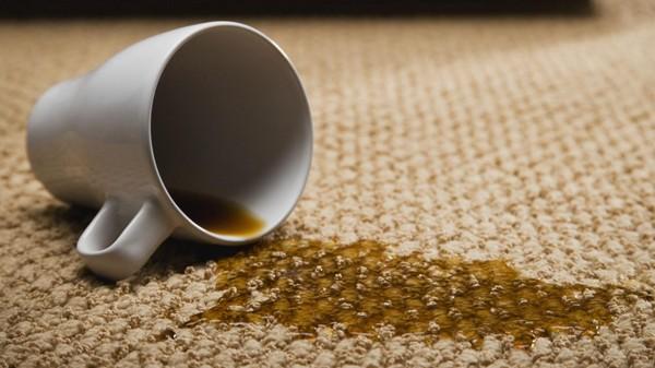 Кофейные пятна можно устранить уксусом или «Ванишем»